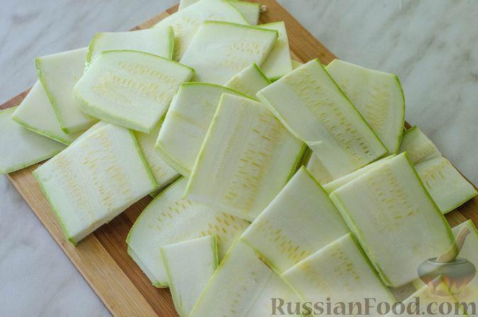 Фото приготовления рецепта: Салат из жареных кабачков с фетой, орехами и йогуртовой заправкой - шаг №2