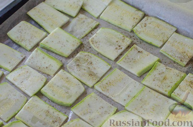 Фото приготовления рецепта: Салат из жареных кабачков с фетой, орехами и йогуртовой заправкой - шаг №3
