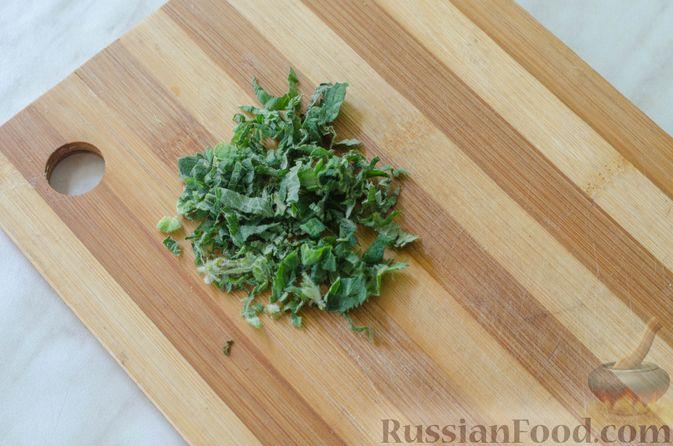 Фото приготовления рецепта: Салат из жареных кабачков с фетой, орехами и йогуртовой заправкой - шаг №7