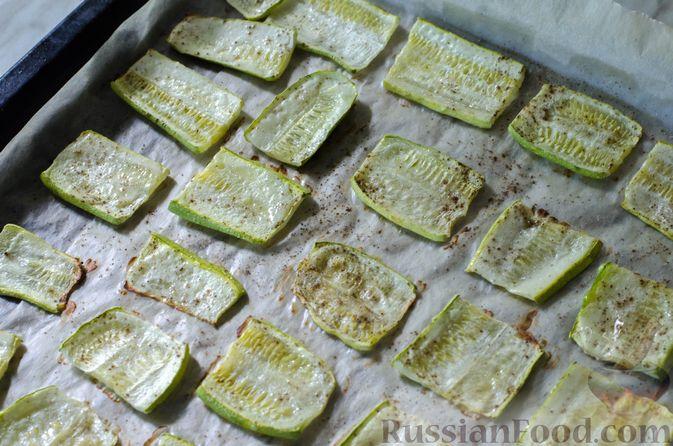 Фото приготовления рецепта: Салат из жареных кабачков с фетой, орехами и йогуртовой заправкой - шаг №8