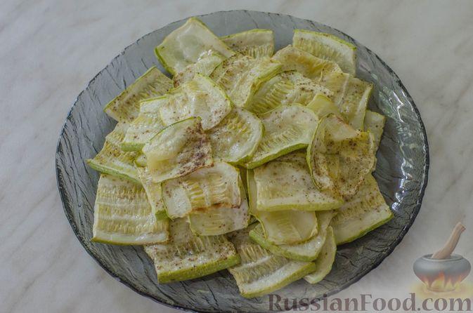 Фото приготовления рецепта: Салат из жареных кабачков с фетой, орехами и йогуртовой заправкой - шаг №9