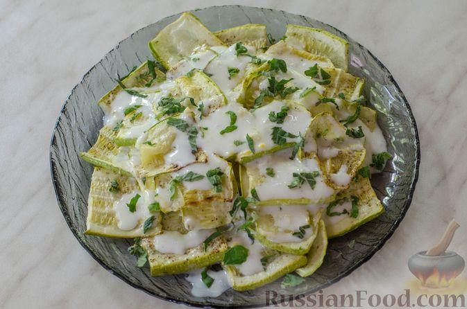 Фото приготовления рецепта: Салат из жареных кабачков с фетой, орехами и йогуртовой заправкой - шаг №11
