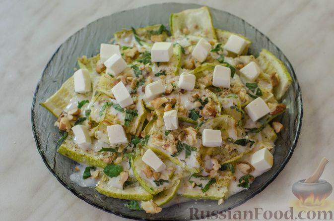Фото приготовления рецепта: Салат из жареных кабачков с фетой, орехами и йогуртовой заправкой - шаг №14