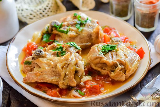 Фото к рецепту: Куриные бёдрышки, тушенные с помидорами и болгарским перцем
