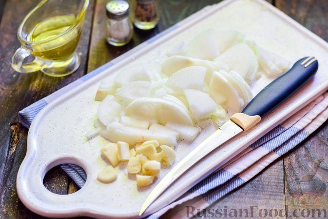 Фото приготовления рецепта: Куриные бёдрышки, тушенные с помидорами и болгарским перцем - шаг №3