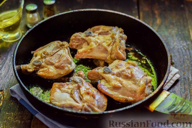 Фото приготовления рецепта: Куриные бёдрышки, тушенные с помидорами и болгарским перцем - шаг №6