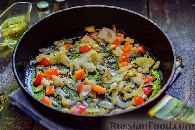 Фото приготовления рецепта: Куриные бёдрышки, тушенные с помидорами и болгарским перцем - шаг №7