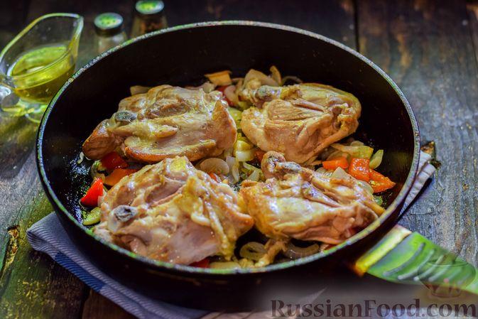 Фото приготовления рецепта: Куриные бёдрышки, тушенные с помидорами и болгарским перцем - шаг №8