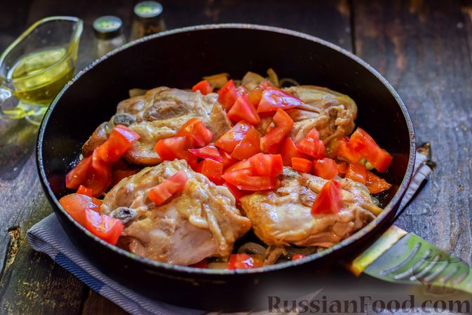 Фото приготовления рецепта: Куриные бёдрышки, тушенные с помидорами и болгарским перцем - шаг №9