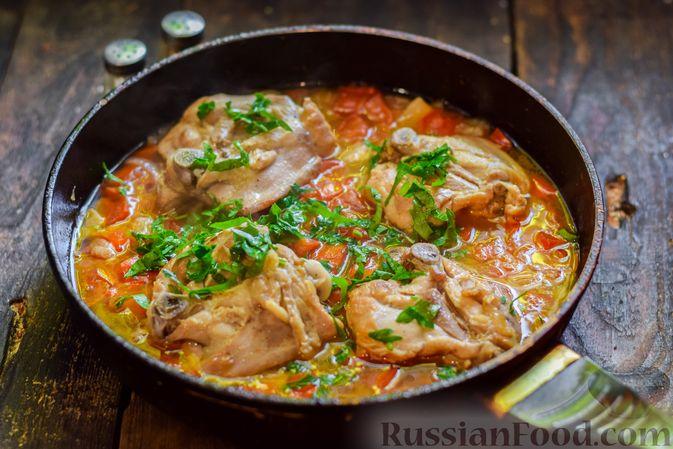 Фото приготовления рецепта: Куриные бёдрышки, тушенные с помидорами и болгарским перцем - шаг №10