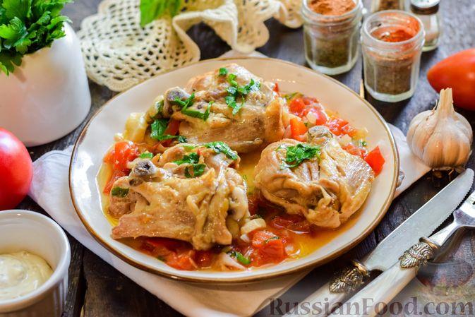 Фото приготовления рецепта: Куриные бёдрышки, тушенные с помидорами и болгарским перцем - шаг №11