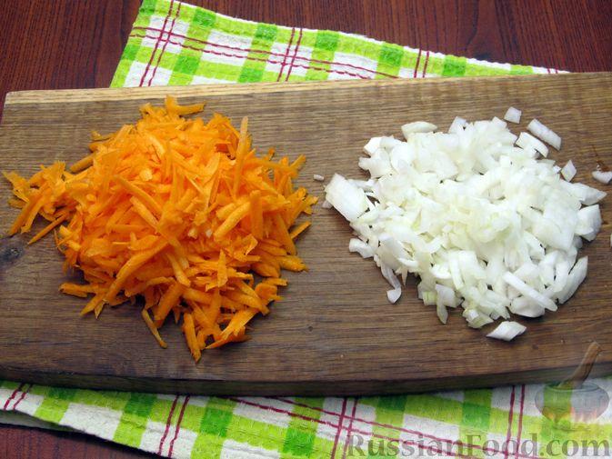 Фото приготовления рецепта: Паштет из куриных сердечек с овощами (на сковороде) - шаг №2