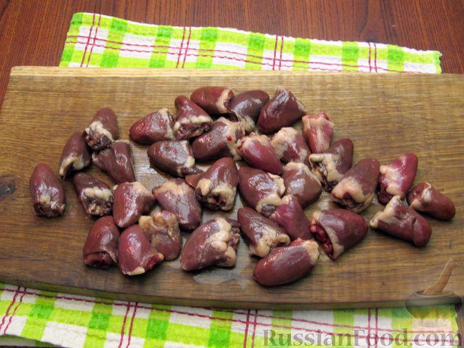 Фото приготовления рецепта: Паштет из куриных сердечек с овощами (на сковороде) - шаг №4