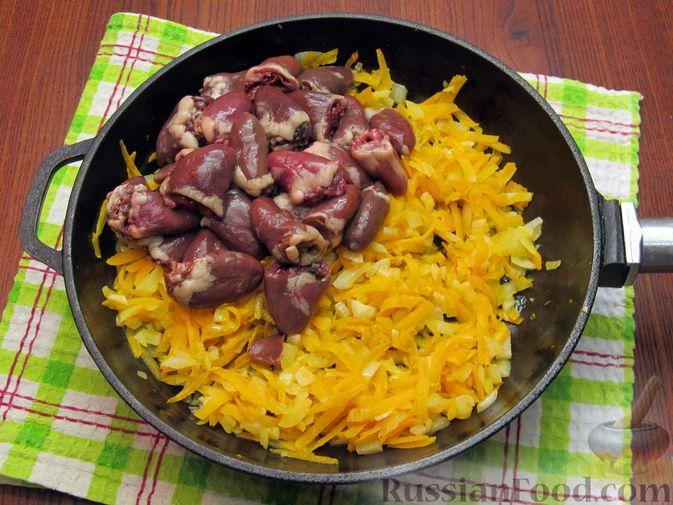 Фото приготовления рецепта: Паштет из куриных сердечек с овощами (на сковороде) - шаг №6