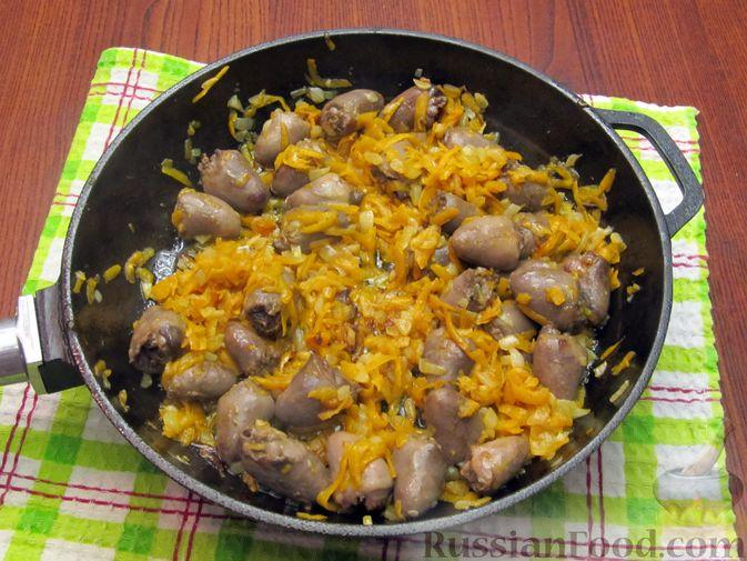 Фото приготовления рецепта: Паштет из куриных сердечек с овощами (на сковороде) - шаг №7