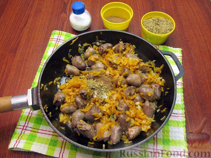 Фото приготовления рецепта: Паштет из куриных сердечек с овощами (на сковороде) - шаг №8
