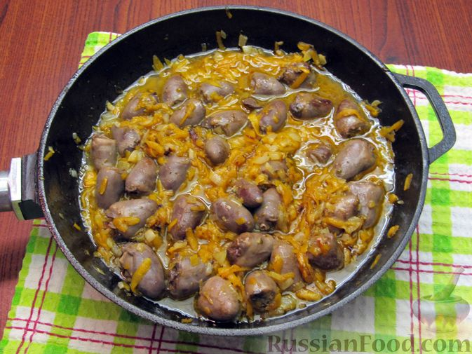 Фото приготовления рецепта: Паштет из куриных сердечек с овощами (на сковороде) - шаг №9