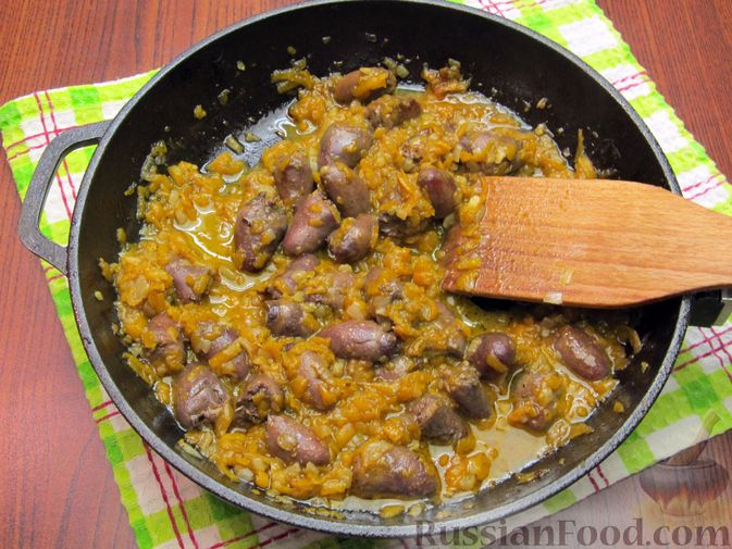 Фото приготовления рецепта: Паштет из куриных сердечек с овощами (на сковороде) - шаг №10