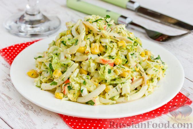 Фото к рецепту: Салат с кальмарами, пекинской капустой, крабовыми палочками и кукурузой