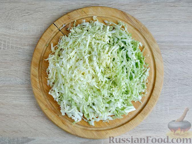 Фото приготовления рецепта: Салат с кальмарами, пекинской капустой, крабовыми палочками и кукурузой - шаг №7