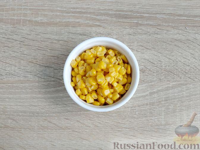 Фото приготовления рецепта: Салат с кальмарами, пекинской капустой, крабовыми палочками и кукурузой - шаг №10
