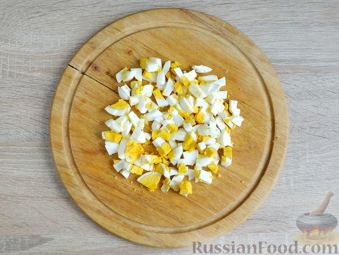 Фото приготовления рецепта: Салат с кальмарами, пекинской капустой, крабовыми палочками и кукурузой - шаг №6