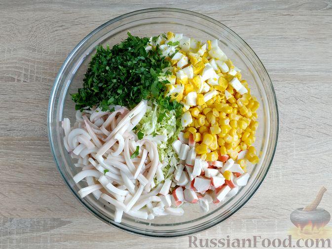 Фото приготовления рецепта: Салат с кальмарами, пекинской капустой, крабовыми палочками и кукурузой - шаг №11
