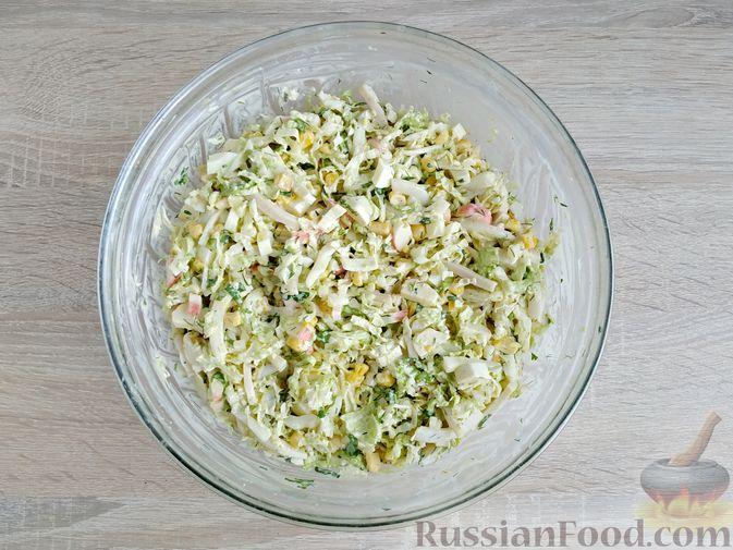 Фото приготовления рецепта: Салат с кальмарами, пекинской капустой, крабовыми палочками и кукурузой - шаг №14