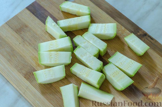 Фото приготовления рецепта: Салат с курицей, кабачком, брынзой и авокадо - шаг №4