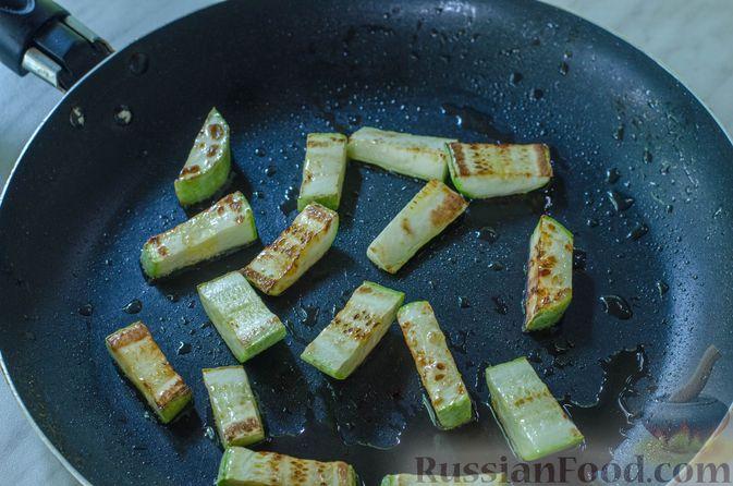 Фото приготовления рецепта: Салат с курицей, кабачком, брынзой и авокадо - шаг №5