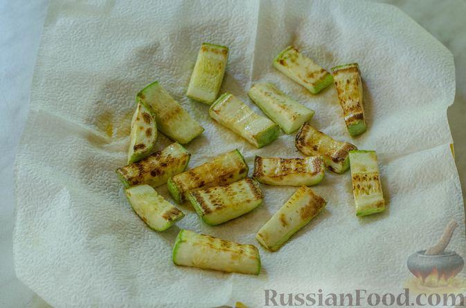 Фото приготовления рецепта: Салат с курицей, кабачком, брынзой и авокадо - шаг №6