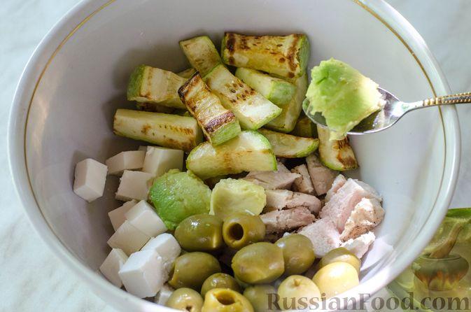 Фото приготовления рецепта: Салат с курицей, кабачком, брынзой и авокадо - шаг №10