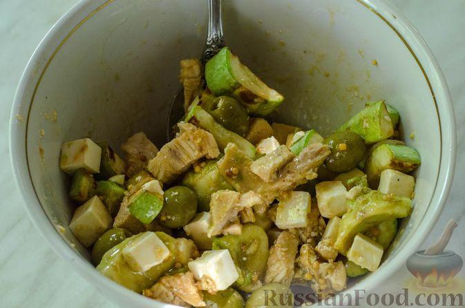 Фото приготовления рецепта: Салат с курицей, кабачком, брынзой и авокадо - шаг №12