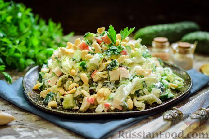 Фото к рецепту: Салат с капустой, крабовыми палочками, огурцами и арахисом