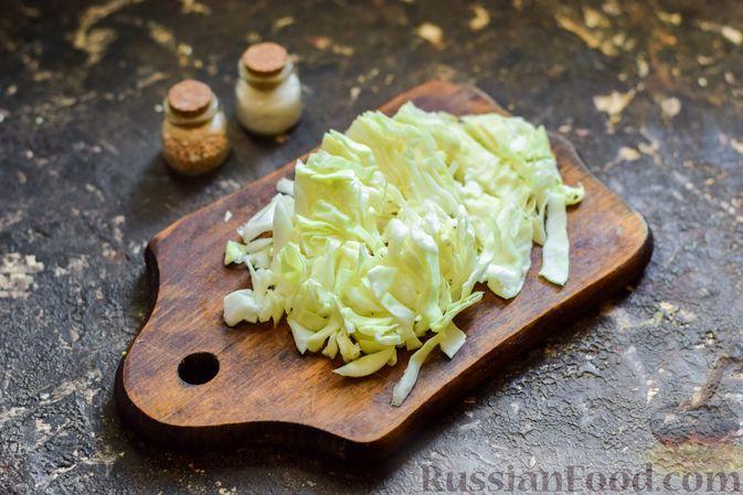 Фото приготовления рецепта: Салат с капустой, крабовыми палочками, огурцами и арахисом - шаг №2