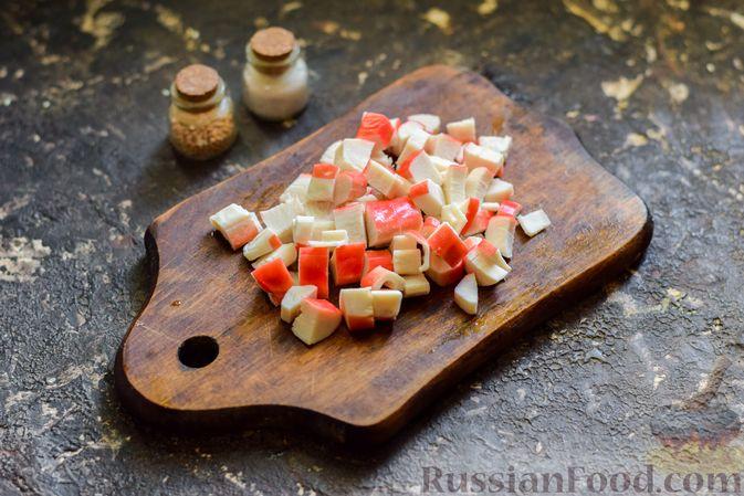 Фото приготовления рецепта: Салат с капустой, крабовыми палочками, огурцами и арахисом - шаг №4
