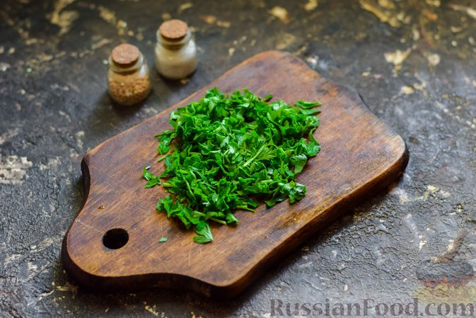 Фото приготовления рецепта: Салат с капустой, крабовыми палочками, огурцами и арахисом - шаг №5