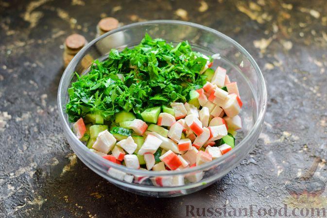 Фото приготовления рецепта: Салат с капустой, крабовыми палочками, огурцами и арахисом - шаг №6