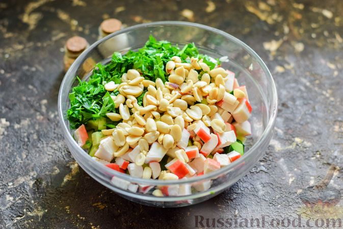 Фото приготовления рецепта: Салат с капустой, крабовыми палочками, огурцами и арахисом - шаг №7