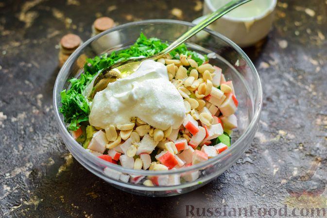 Фото приготовления рецепта: Салат с капустой, крабовыми палочками, огурцами и арахисом - шаг №8