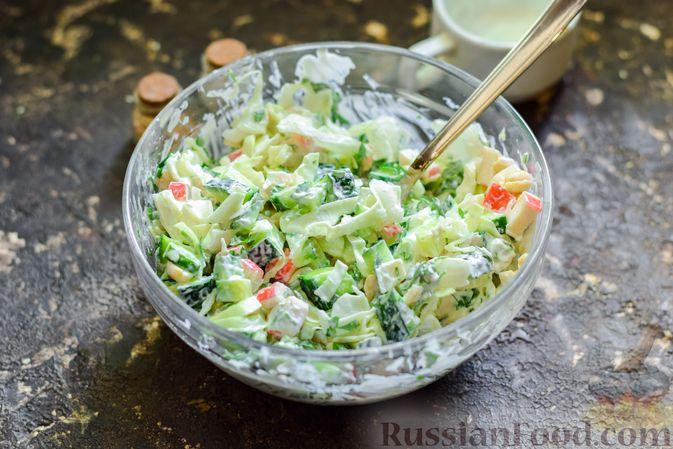 Фото приготовления рецепта: Салат с капустой, крабовыми палочками, огурцами и арахисом - шаг №9