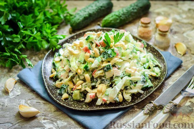 Фото приготовления рецепта: Салат с капустой, крабовыми палочками, огурцами и арахисом - шаг №10