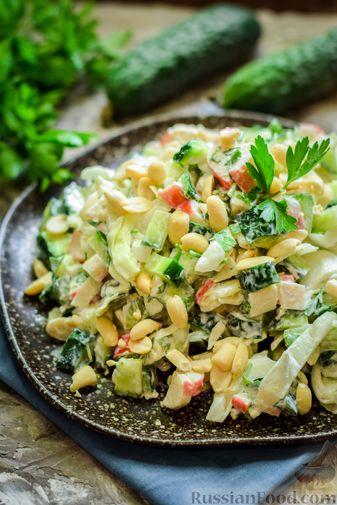 Фото приготовления рецепта: Салат с капустой, крабовыми палочками, огурцами и арахисом - шаг №11