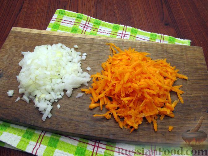 Фото приготовления рецепта: Куриный суп со щавелем и шампиньонами - шаг №6