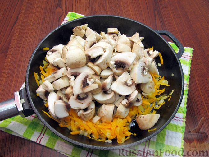 Фото приготовления рецепта: Куриный суп со щавелем и шампиньонами - шаг №9