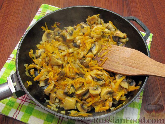 Фото приготовления рецепта: Куриный суп со щавелем и шампиньонами - шаг №10