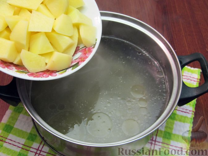 Фото приготовления рецепта: Куриный суп со щавелем и шампиньонами - шаг №12