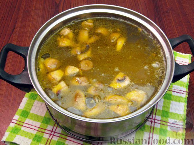 Фото приготовления рецепта: Куриный суп со щавелем и шампиньонами - шаг №13