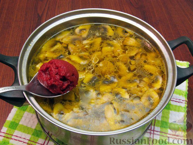 Фото приготовления рецепта: Куриный суп со щавелем и шампиньонами - шаг №14