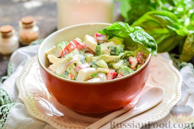 Фото к рецепту: Салат с кальмарами, авокадо, болгарским перцем и огурцом